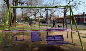 Una plaza de Bragado con sus juegos vedados a los vecinos. (Foto: Municipalidad)