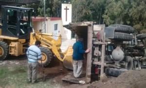 El camión municipal volcó mientras descargaba tierra. Foto: Ciudad Noticias