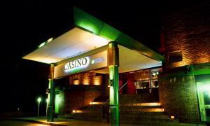 Uno de los casinos funciona en el Hotel del Bosque.