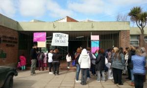 Manifestación frente a la Escuela 14 por la falta de gas.