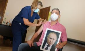Gasparini se vacunó contra el coronavirus con foto de Vladimir Putin