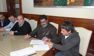 Stuppia, segundo desde la derecha, dijo que la medida tendrá lugar hasta que aparezca una oferta superadora del Municipio. Foto: Twitter José Stuppia