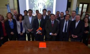 Collia firmó convenios con 22 intendentes.