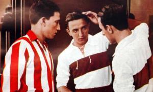 Raúl Mezzadra peinándose ante un jugador de Talleres en 1933 en una curiosa tapa de El Gráfico.