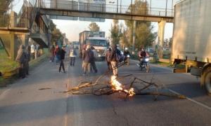 Los empleados de Cresta Roja cortan las autopistas Ricchieri - Ezeiza/Cañuelas y Jorge Newbery