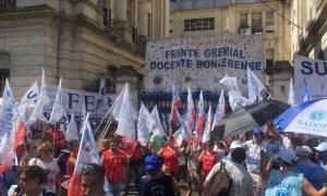 Los docentes se manifestaron esta tarde en el Ministerio de Economía bonaerense.