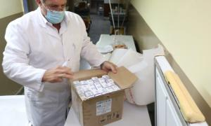 Dos Santos con las vacunas que llegaron a Ranchos: Se había vacunado días atrás. (Foto: Municipio)