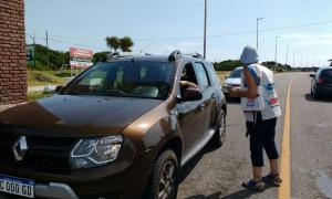 Los folletos eran dejados en los vehículos que iban a La Costa. Foto: Twitter