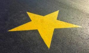 Estrella amarilla: Símbolo que recuerda a las víctimas fatales en siniestros viales.