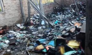 El fuego comenzó en la biblioteca de la escuela secundaria y afectó a varias aulas de la institución. Foto: Aninoticias