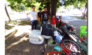 La familia acampa frente a la Municipalidad. Foto: De Chivilcoy