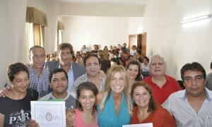 Fassi entregó escrituras sociales en Cañuelas.