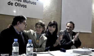 Mesa de oradores. Lucia G. de Muratorio saluda a Juan Lucero después de su disertación. Crédito: Graciela García Romero