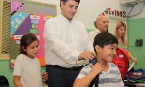 Jorge Macri entregó kits escolares en el barrio Las Flores.