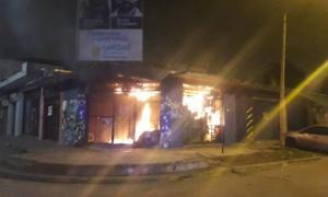 El local fue incendiado intencionalmete por la madrugada.