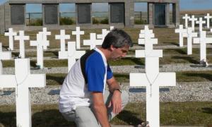 Julio Aro en el cementerio de Darwin, en 2008, cuando volvió a las islas tras la guerra.
