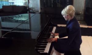 Karina Rabolini sorprendió tocando el piano.