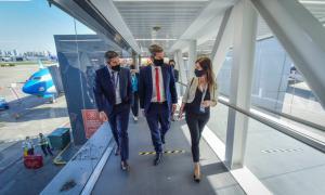 Lammens en el anuncio de la reanudación de los vuelos regulares de pasajeros la semana pasada.