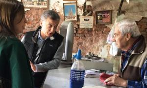 Macri y Vidal, junto a un comerciante en Las Heras.