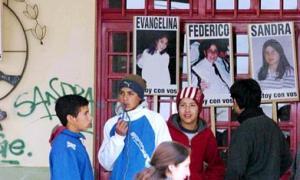 En la escuela aún recuerdan a las víctimas.