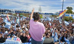 Mayra Mendoza cerró la campaña a intendenta con caravanas y un acto en Solano