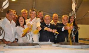 Colada de fideos. Comienza la 37º Fiesta Nacional de los Pescadoresde Mar del Plata.