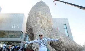 Minujín desarmará la fachada de la escultura.