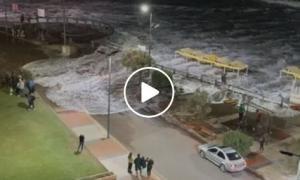 Video: Por sudestada, el agua llegó hasta la costanera en Monte Hermoso