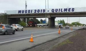 Las pintadas con el lanzamiento de Mussi aparecieron este martes en la Autopista Buenos Aires La Plata.