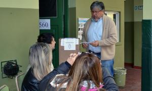Navarro emitió su voto en el Colegio Modelo de Banfield. Foto: Diario Conurbano