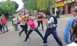 Dos mujeres trans y una joven atacaron a un hombre.