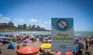 La gente de volcó a la playa ante las altas temperaturas