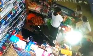 El efectivo realizando compras en un supermercado. (Cámara de Seguridad - LaNoticia1.com)