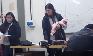 Gestos que enseñan: Una profesora cargó un bebe mientras la madre rendía examen