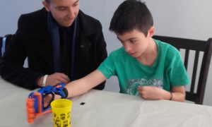 Tobías recibió la prótesis 3D creada por internas del penal de Ezeiza