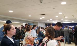 El aeropuerto de Santiago con miles de pasajeros varados