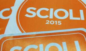 "Distribuyen adhesivos con la leyenda ""Scioli 2015""."