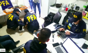 El allanamiento en el departamento del acusado. Foto: Infobae.