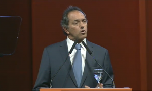 Scioli encabezó un acto de campaña en el Teatro Argentino.