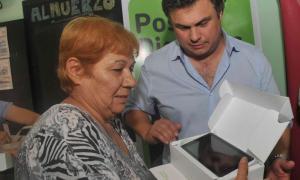 López Medrano entregando una de las tablets