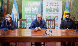 Gustavo Cocconi, centro, en conferencia de prensa.