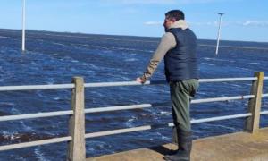El intendente Sebastián Walker supervisando la zona rural afectada por el agua