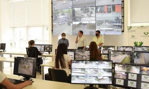 Andrés Watson en el centro de monitoreo