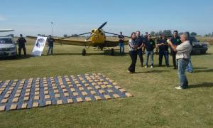 La droga incautada sobre el terreno del aeródromo de Navarro. Foto: NVR Radio