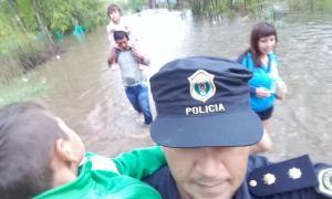 Rescataron a una familia en San Miguel en su domicilio, sin víctimas. (Min. de Seguridad)
