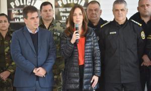 La Gobernadora en la cantidad de comisaría de La Matanza donde se decomisaron droga que había sido encontrada en chalecos antibalas.