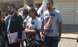 La familia de Estafnía Bonome pidió justicia en la puerta de la Fiscalía de menores. Foto: Lanoticia1.com
