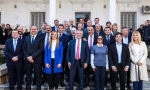 """Kicillof firmó un """"acta compromiso federal"""" con Alberto Fernández y gobernadores"""