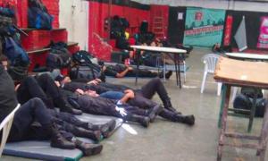 Los efectivos duermen en el piso y sentados en sillas.
