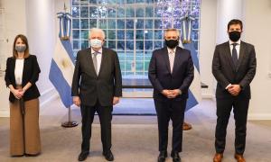 González García y Alberto Fernández con el Gerente General de AstraZeneca para Cono Sur, Agustín Lamas, y la Directora Médica para Cono Sur, Dra. Agustina Elizalde.